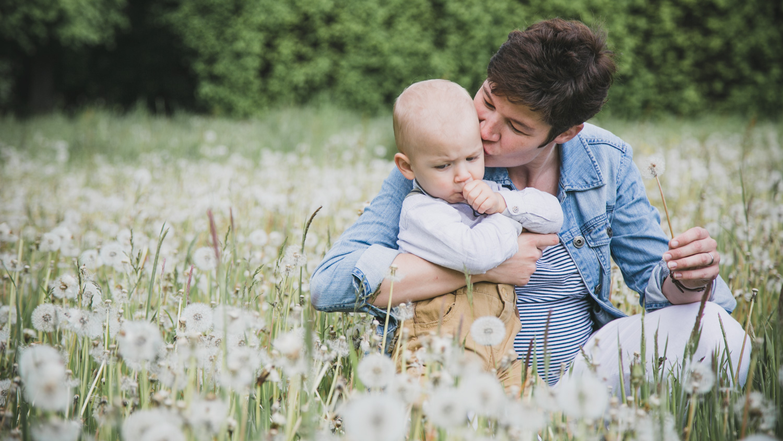 Familienfotos Mama Sohn Pusteblumen Natur Jersbeker Park Maya Meiners photographie